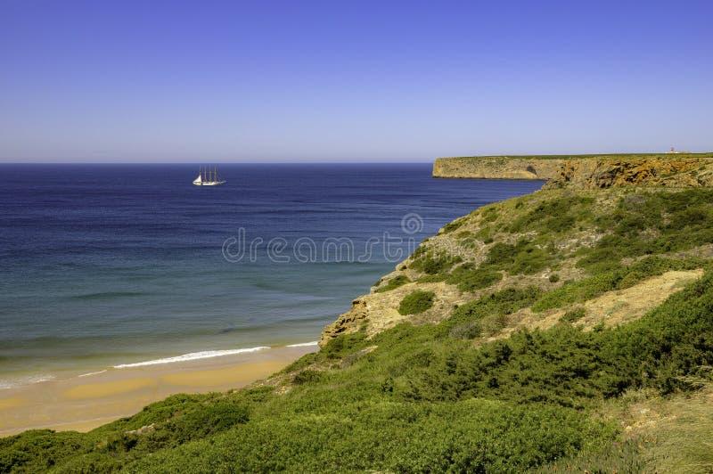 Escuna no horizonte em Portugal foto de stock