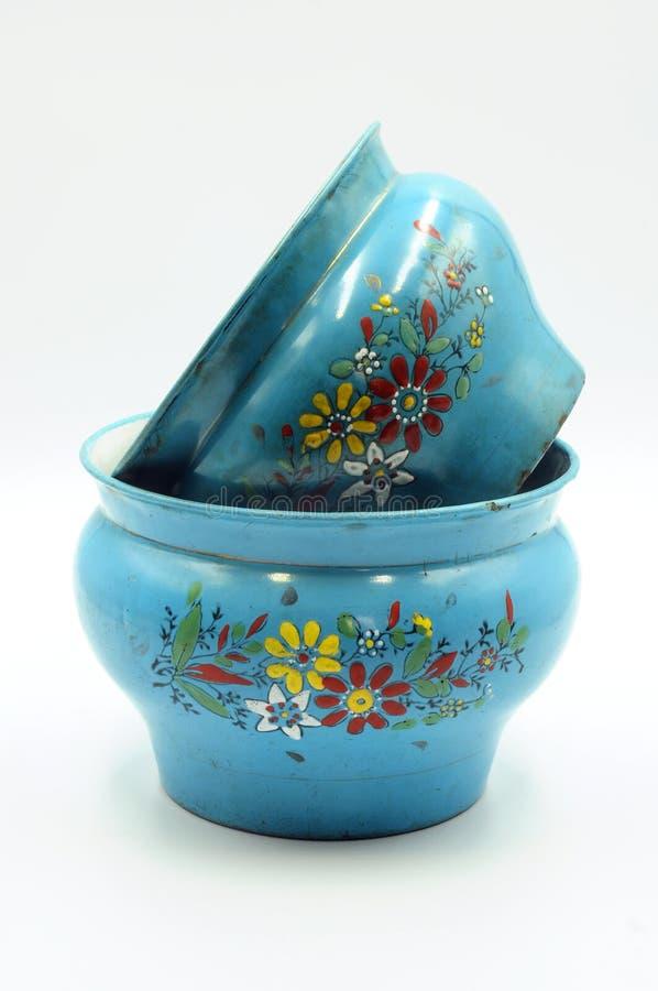 Escupidera grabada en relieve azul del esmalte con el estampado de plores fotografía de archivo libre de regalías