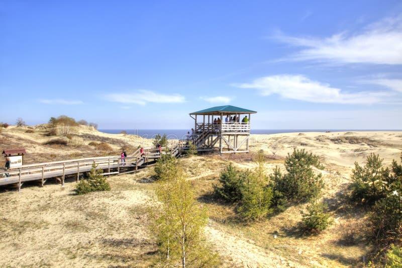 Escupitajo de Curonian, EFA de la duna Turistas en la plataforma de observación foto de archivo