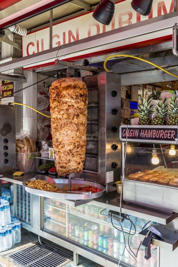 Escupitajo turco del shawarma en el café de la calle en Istambul fotografía de archivo libre de regalías
