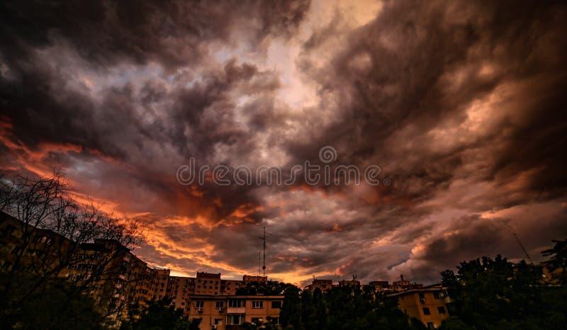 Escuridão impetuosa antes da tempestade