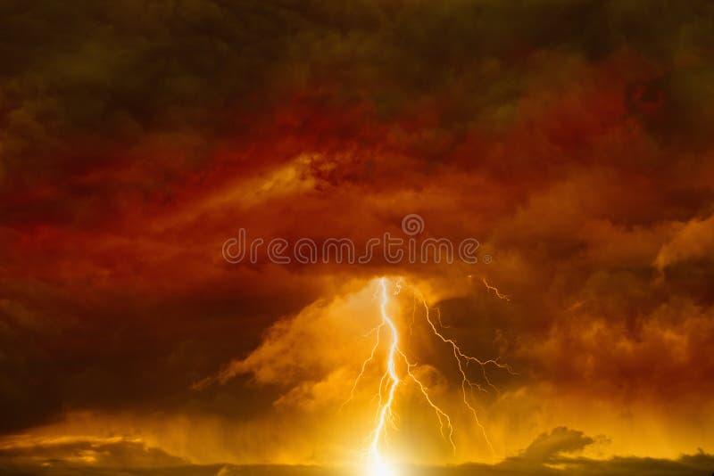 Escuro - céu vermelho com relâmpago fotografia de stock royalty free