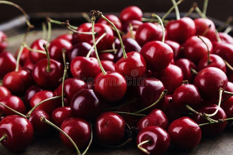 Escuro - cerejas vermelhas fotografia de stock royalty free