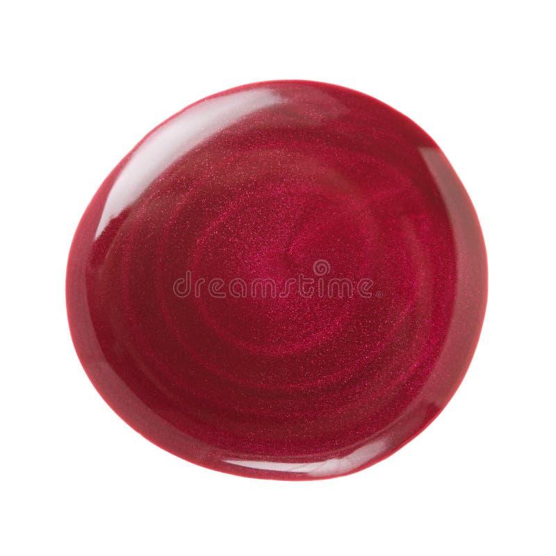 Escuro - mancha vermelha do verniz para as unhas fotografia de stock