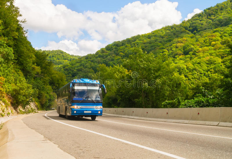 Escuro - ônibus de turista azul imagem de stock
