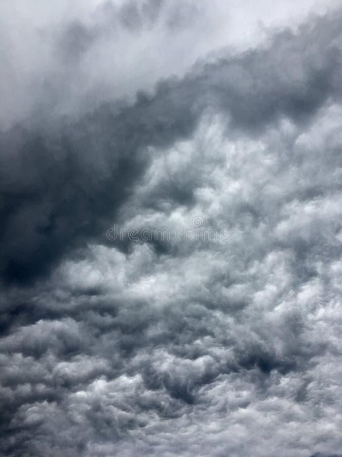 Escuro - nuvens de tempestade cinzentas na cidade antes da chuva pesada fotografia de stock