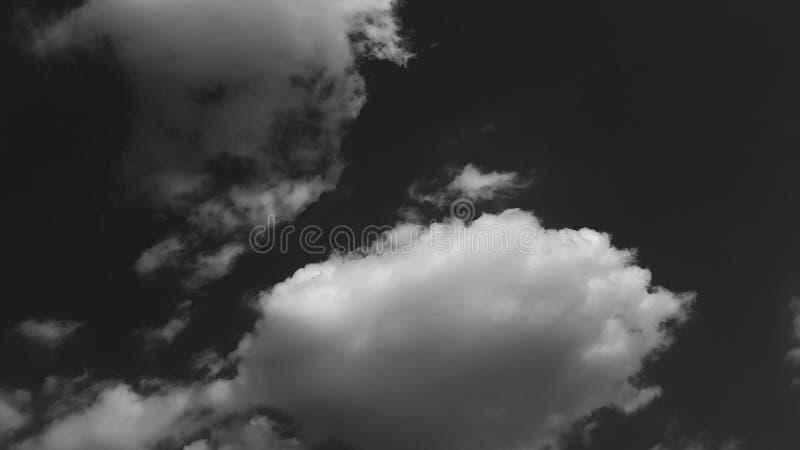 Escuro - o whith dramático cinzento do céu nubla-se o fundo natural do cloudscape do verão nenhum molde vazio vazio dos povos foto de stock