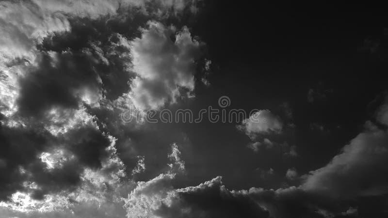 Escuro - o whith dramático cinzento do céu nubla-se o fundo natural do cloudscape do verão nenhum molde vazio vazio dos povos fotografia de stock royalty free