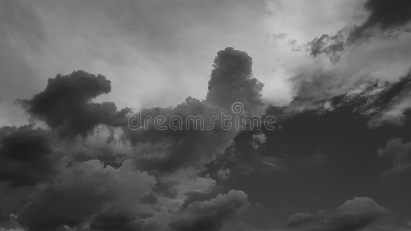 Escuro - o whith dramático cinzento do céu nubla-se o fundo natural do cloudscape do verão nenhum molde vazio vazio dos povos fotografia de stock