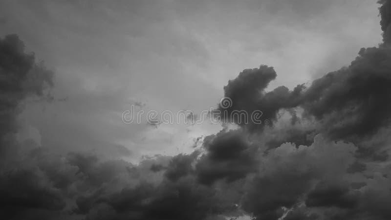 Escuro - o whith dramático cinzento do céu nubla-se o fundo natural do cloudscape do verão nenhum molde vazio vazio dos povos fotos de stock royalty free