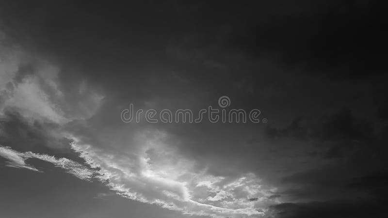 Escuro - o whith dramático cinzento do céu nubla-se o fundo natural do cloudscape do verão nenhum molde vazio vazio dos povos imagem de stock royalty free