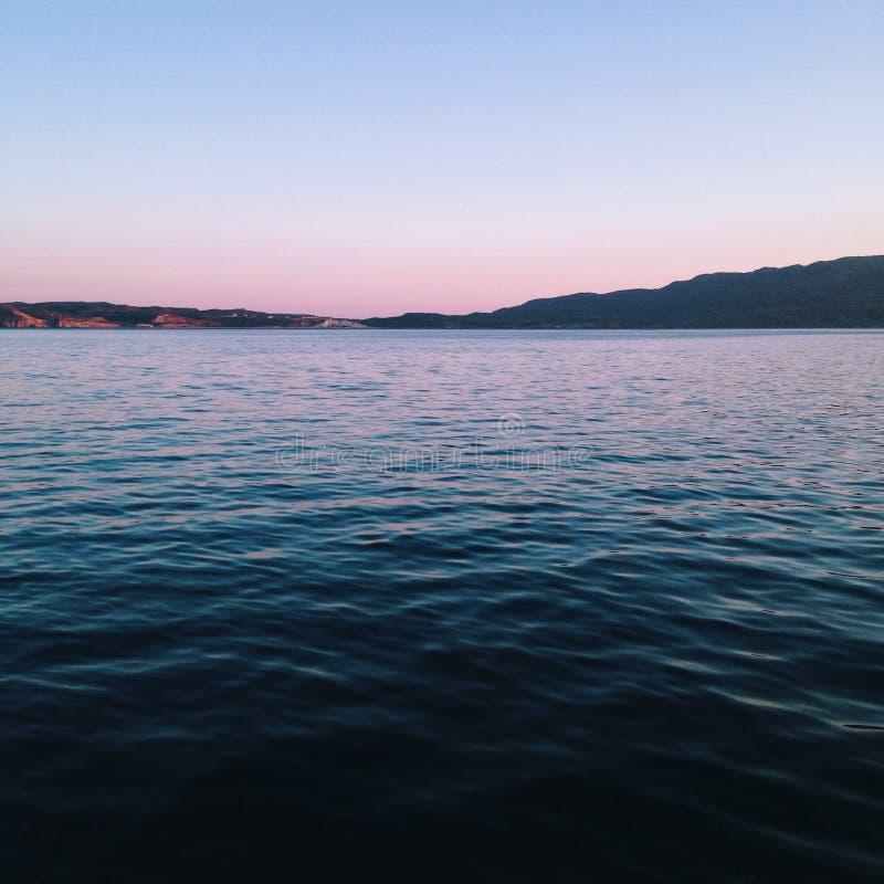Escuro - oceano azul fotografia de stock royalty free