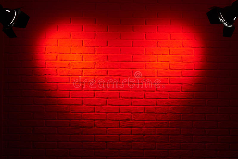 Escuro - parede de tijolo vermelho com efeito da luz da forma do coração e sombra, foto abstrata do fundo, equipamento de ilumina foto de stock