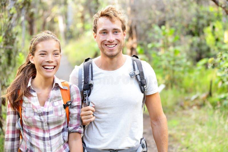 Escursione - camminata delle viandanti felice in foresta fotografia stock libera da diritti