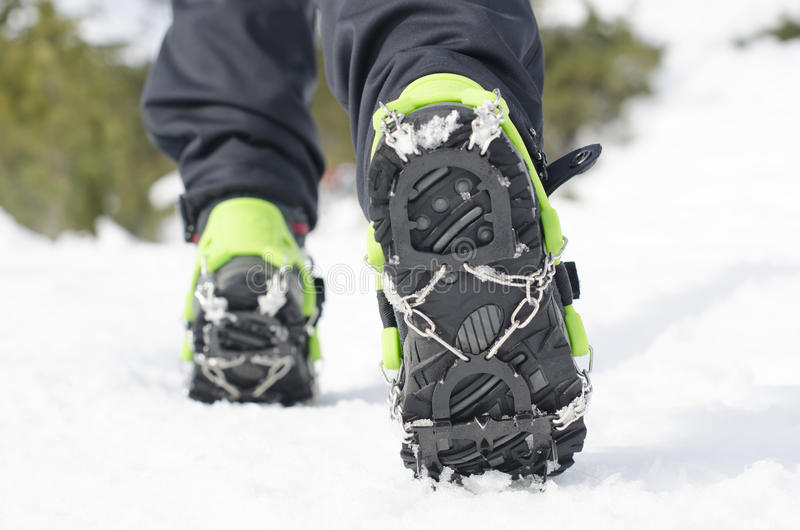 Escursione degli stivali con il rampone, attrezzatura per la scalata del ghiaccio immagine stock libera da diritti