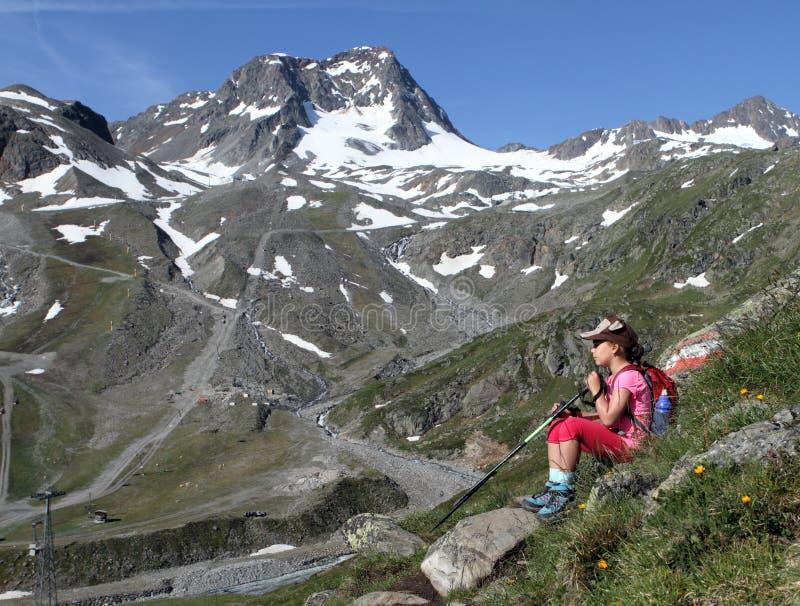 Escursione del bambino di trekking nelle alpi, l'Austria fotografie stock libere da diritti