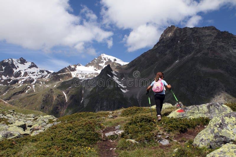 Escursione del bambino nelle alpi fotografie stock libere da diritti
