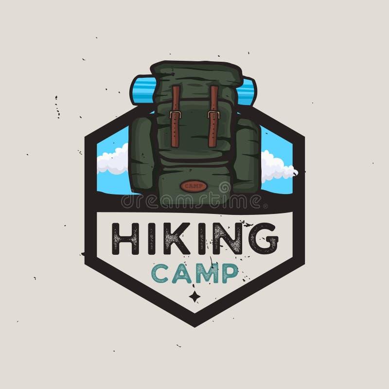 Escursione del concetto del logotype del campo con lo zaino di viaggio, avventure all'aperto illustrazione vettoriale