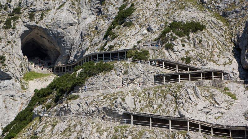 Escursione del percorso all'entrata della caverna di ghiaccio sulla montagna fotografia stock libera da diritti