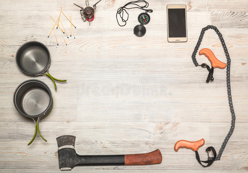 Escursione dell'attrezzatura: bussola, telefono, tenda, ascia, gas, bruciatore, partite fotografia stock