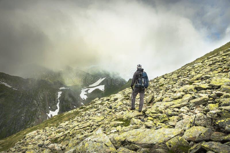 Download Escursione dell'uomo fotografia stock. Immagine di aumento - 56879600