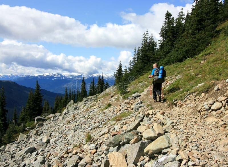 escursione dell'uomo vicino a whistler fotografie stock