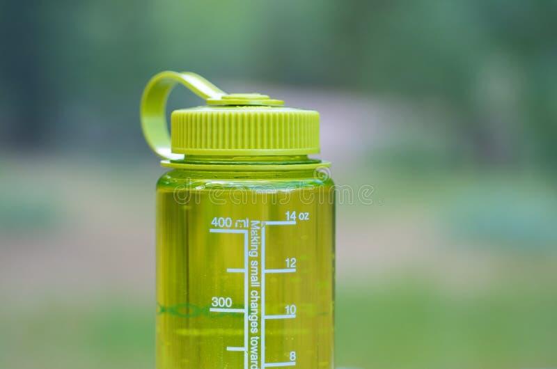 Escursione della bottiglia di acqua di campeggio immagine stock libera da diritti