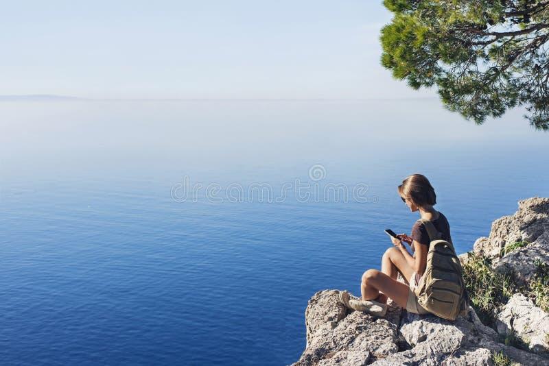 Escursione della donna che per mezzo dello Smart Phone Le vacanze, divertimento dell'estate, godono della vita, del viaggio e del immagine stock libera da diritti