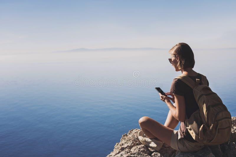 Escursione della donna che per mezzo dello Smart Phone Le vacanze, divertimento dell'estate, godono della vita, del viaggio e del immagini stock