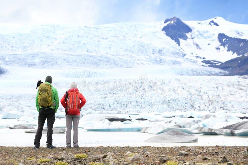Escursione della gente di viaggio di avventura sull'Islanda fotografia stock libera da diritti