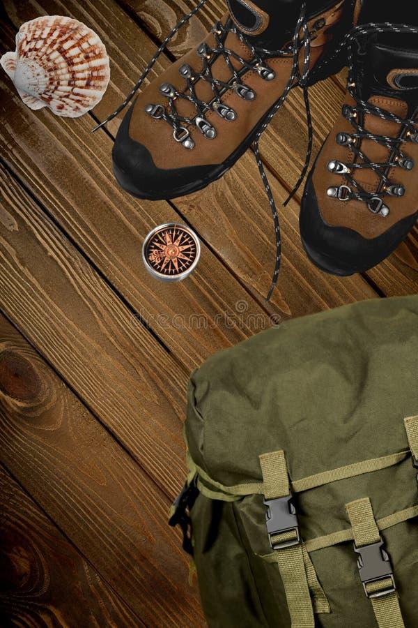 Escursione gli stivali, bussola e dello zaino su fondo immagine stock libera da diritti