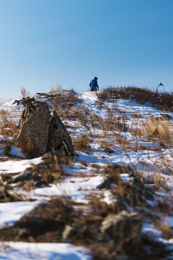 Escursione su del picco di montagna nell'inverno, paesaggio verticale di inverno immagine stock