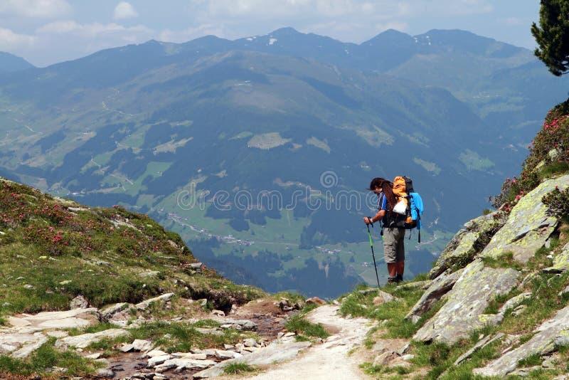 Escursione, trekking nelle alpi fotografia stock libera da diritti
