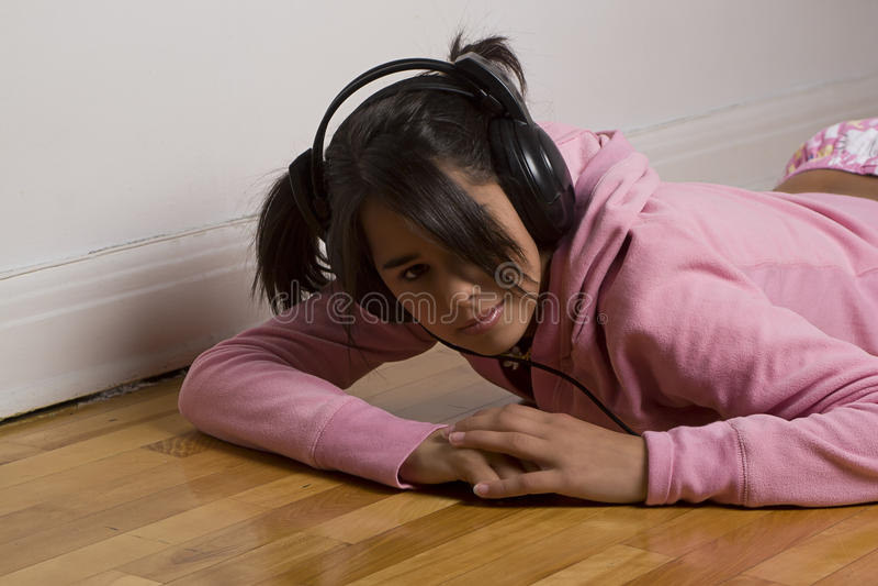 Escuta adolescente a música fotografia de stock