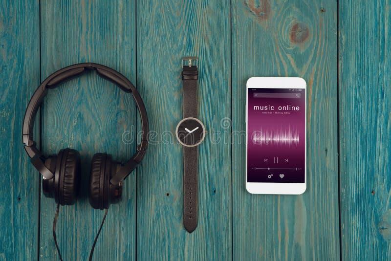 Escuta o conceito em linha da música - app em linha do jogador de música no smartphone foto de stock