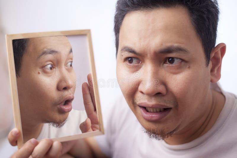 Escuta preocupada homem sua voz interna fotografia de stock