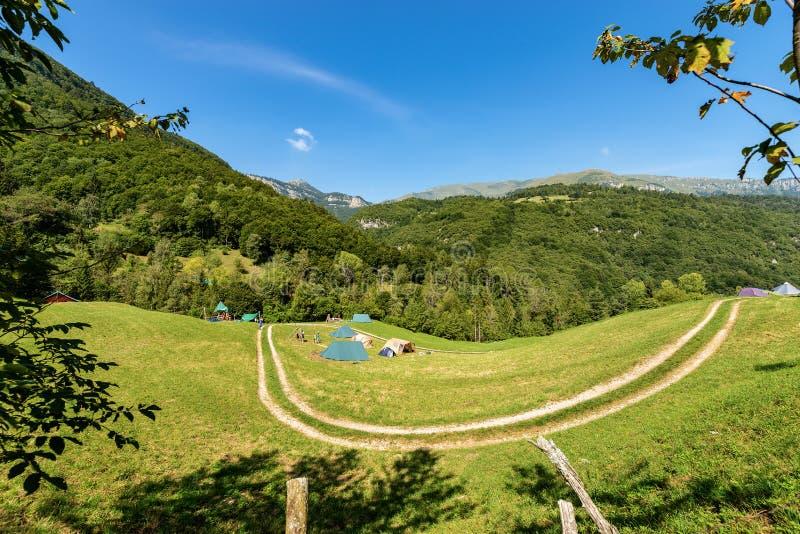 Escuteiro Camp com as barracas nos cumes italianos imagem de stock