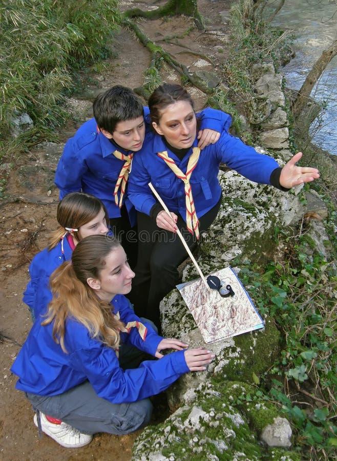 Escuteiros com um mapa e um compasso na natureza fotografia de stock royalty free