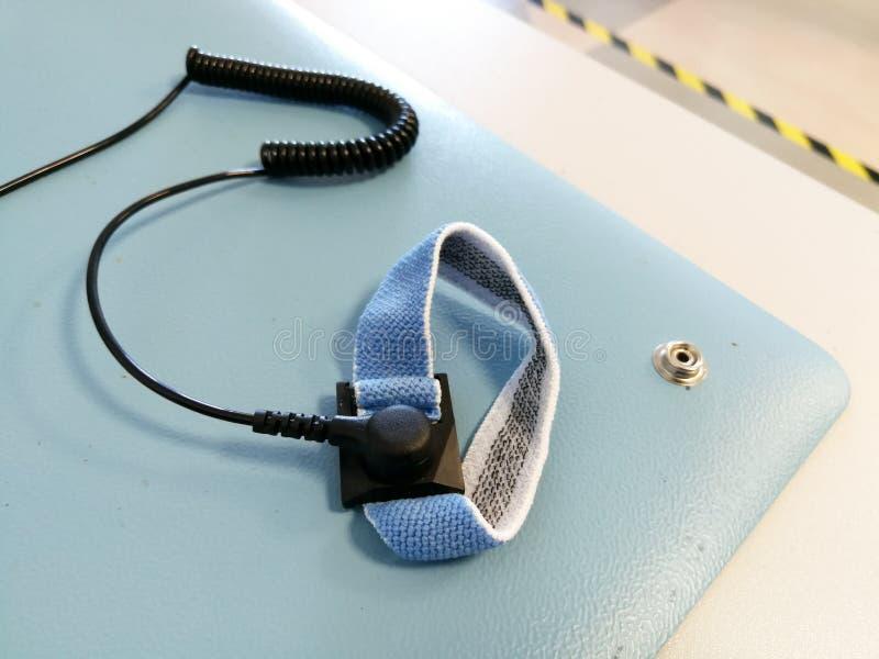 ESD armband voor professioneel elektronikareparatie en onderhoud royalty-vrije stock afbeeldingen