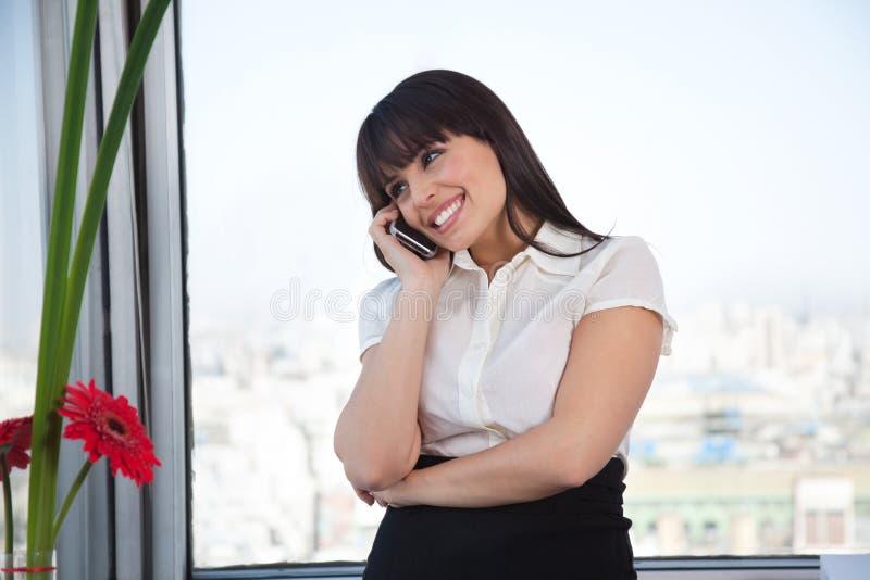 Esecutivo femminile sulla chiamata fotografia stock