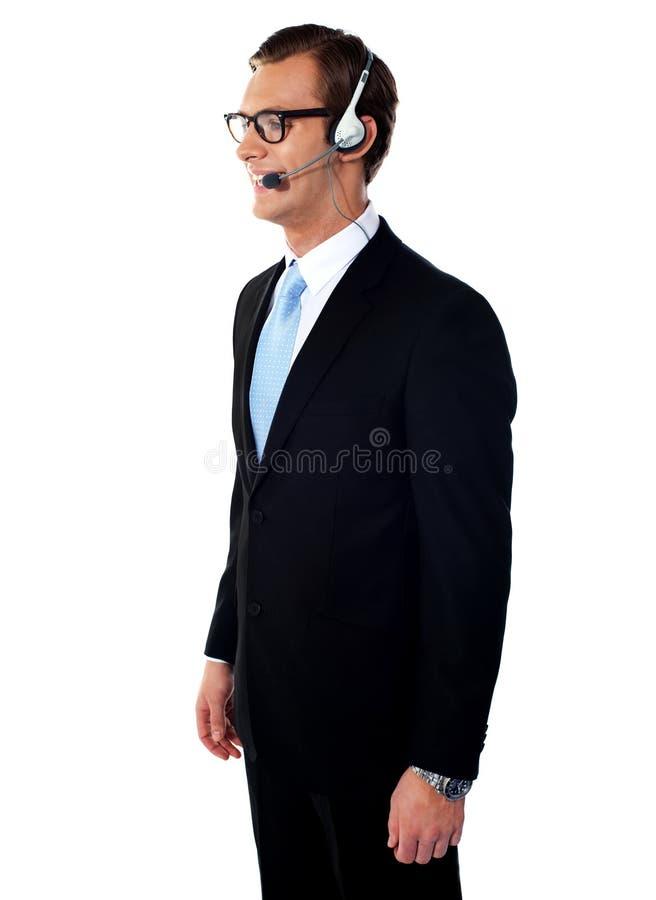Esecutivo sorridente bello del maschio del servizio d'assistenza fotografia stock libera da diritti