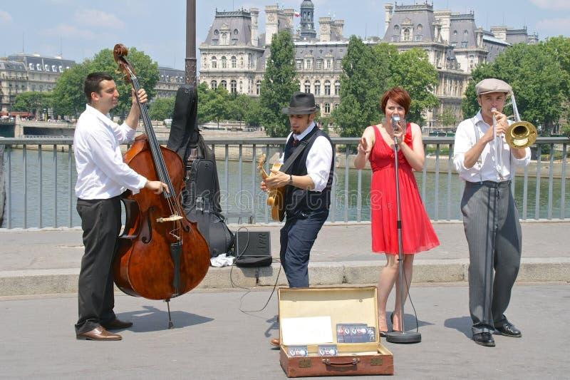 Esecutori della via di jazz sul Pont St. Louis, Parigi, Francia fotografie stock