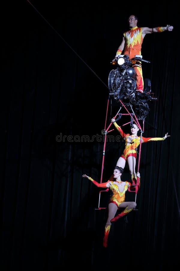 Esecutori di circo su alto cavo immagini stock libere da diritti
