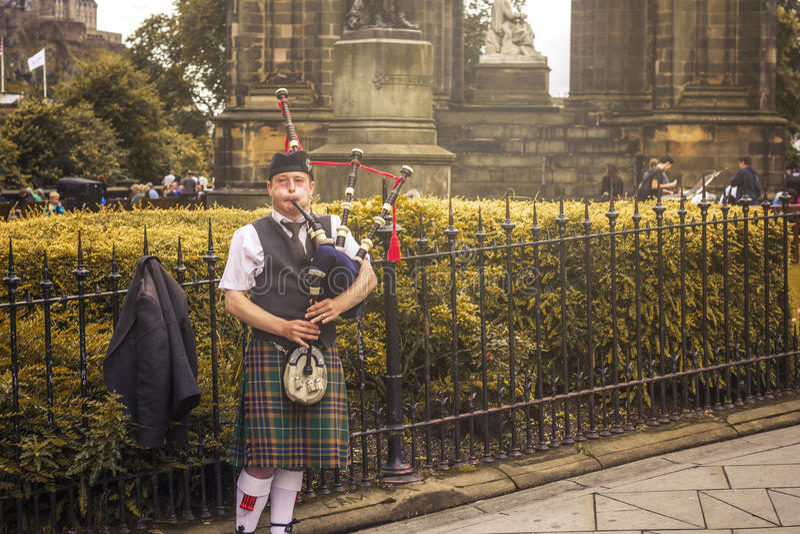 Esecuzione della via del suonatore di cornamusa di Edimburgo immagini stock libere da diritti