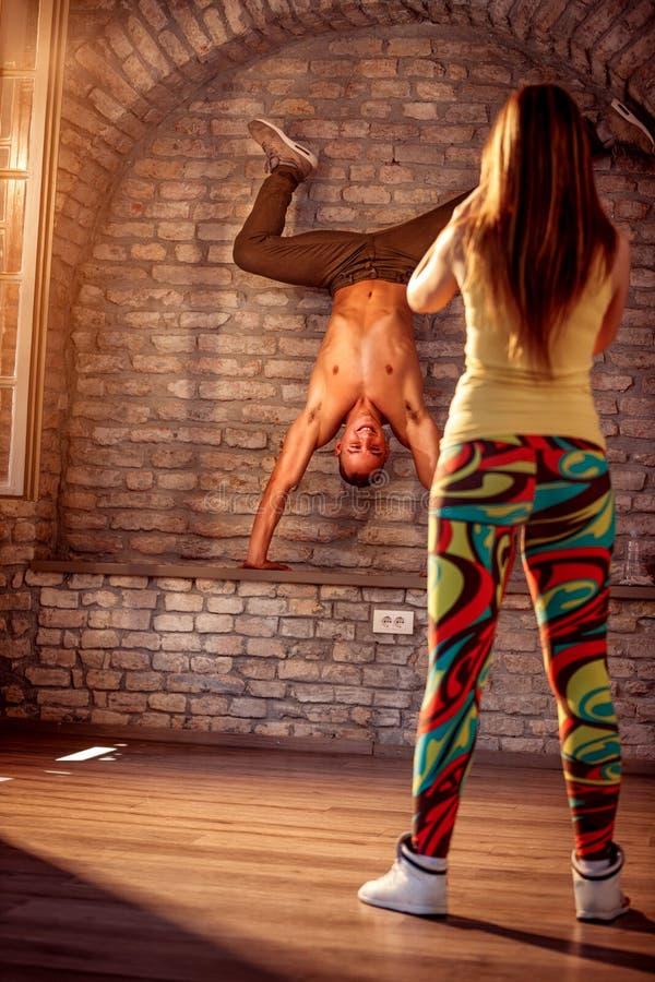 Esecuzione hip-hop maschio sorridente del ballerino fotografie stock libere da diritti