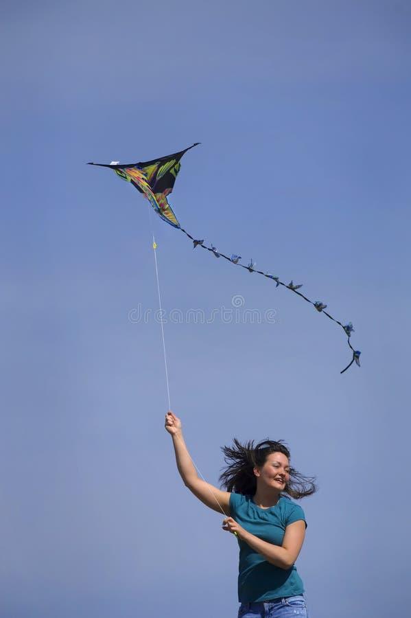 Esecuzioni teenager della ragazza con il cervo volante fotografie stock libere da diritti