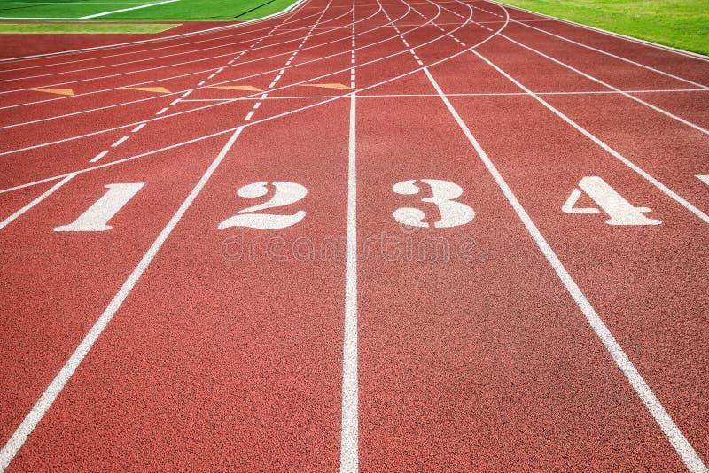 Eseguire pista, atletica o la linea di inizio della pista di atletica immagini stock