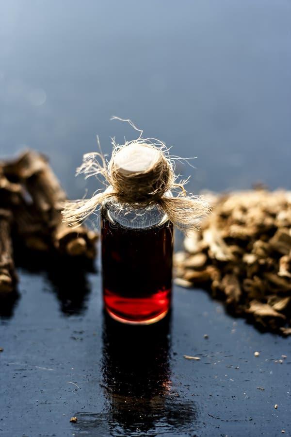 Esencia de la zarzaparrilla o del nannari india usado como una sustancia aromática o extracto, en casi todos los sherabats para t fotografía de archivo libre de regalías