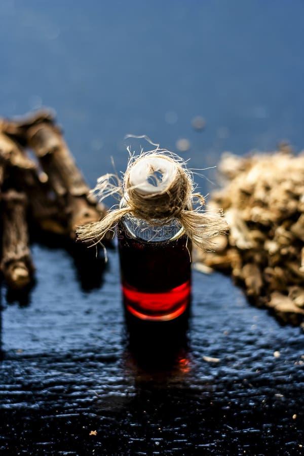 Esencia de la zarzaparrilla o del nannari india usado como una sustancia aromática o extracto, en casi todos los sherabats para t fotografía de archivo