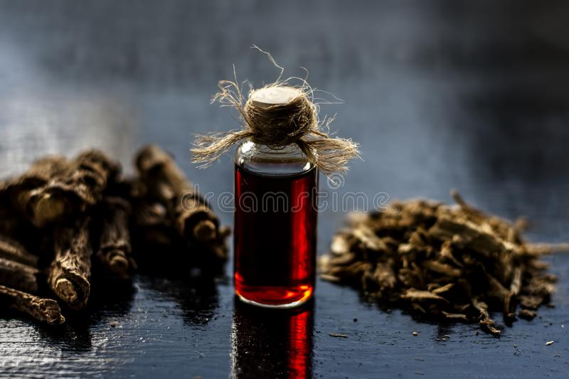 Esencia de la zarzaparrilla o del nannari india usado como una sustancia aromática o extracto, en casi todos los sherabats para t foto de archivo